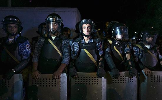 Участники шествия в Ереване пошли на прорыв полицейского оцепления