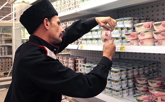 Рейд казаков по выявлению санкционных товаров в Санкт-Петербурге Фото: ТАСС