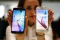 """<p><span style=""""font-size:16px;""""><strong>Samsung Galaxy S6/S6 Edge</strong></span></p>  <p>Samsung представила на MWC свой новый флагман, который должен укрепить пошатнувшиеся позиции южнокорейского гиганта на рынке смартфонов. Презентуя Galaxy S6, президент компании Джей Кей Шин назвал его «лучшим смартфоном в мире». Производители обещают, что, несмотря на небольшую толщину, смартфон (в отличие от Apple) не будет гнуться – экран и корпус выполнены из закаленного стекла. На презентации также сообщили, что гаджет заряжается в два раза быстрее, чем iPhone6, оборудован беспроводной зарядкой, собственной системой бесконтактных платежей и способен снимать видео в HDR-формате. Основная камера смартфона– 16 мегапикселей, лицевая – 5 мегапикселей. Диагональ экрана новинки – 5,1 дюйма. За быстродействие отвечает восьмиядерный процессор, разработанный самой Samsung.</p>  <p>Модификацию нового флагмана Galaxy S6 Edge называют смартфоном с тремя экранами. На самом делерасположенные на закругленных боковых гранях информационные панели не являются полноценными экранами – они лишь демонстрируют различные сообщения, уведомления и другую полезную информацию.</p>"""