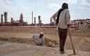 Иран, Южный Парс.Рабочие на фоне нефтеперерабатывающего завода